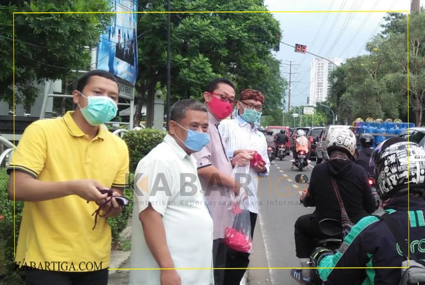 DPRD Kota Bekasi Bagikan 1000 Masker Dijalan