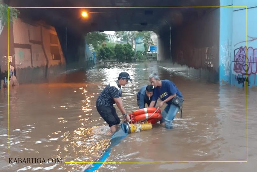 Air Genang Banjir Belum Teratasi di Kolong Putaran Tol Bekasi Barat